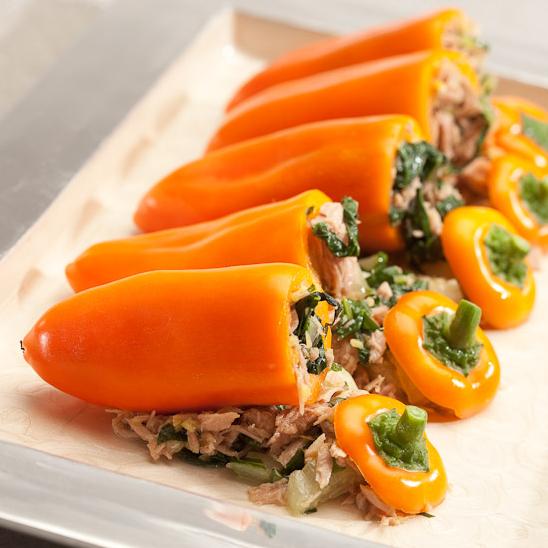 Snackpaprika salade met tomaatjes, broccoli, rode ui, basilicum met gebrande sesamzaad en een kikoman marinade.
